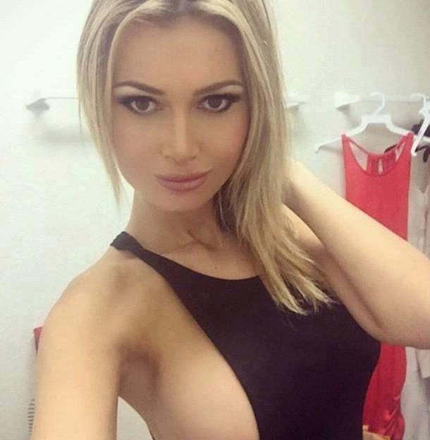 Beim Sexcam Chat zeigt die nackte Blondine ihre geilen Titten