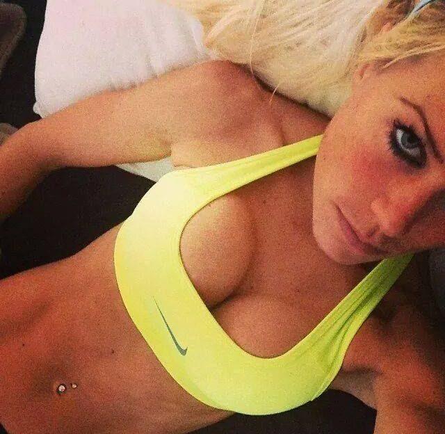 Deutsche Sexchatgirls holen gerne ihre geilen Titten raus