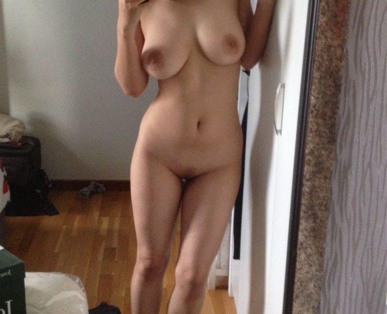 Mit Dildos besorgt das Cam girl  es sich vor der Sexcam